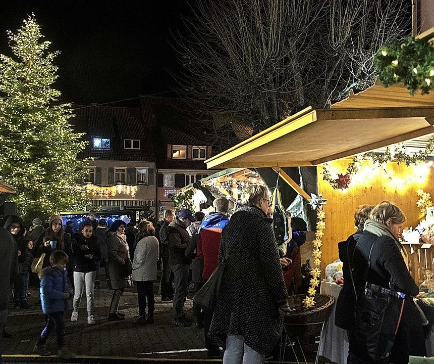 Ein riesiger Weihnachtsbaum in Sulzburg  | Foto: Volker Münch