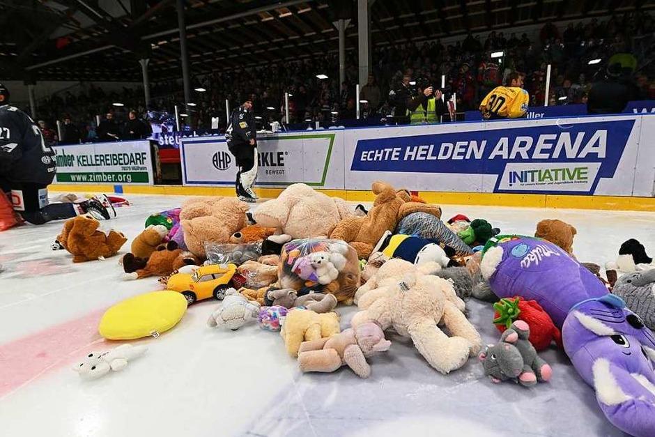 Teddy-Bear-Toss beim EHC Freiburg in der Echte-Helden-Arena (Foto: Achim Keller)