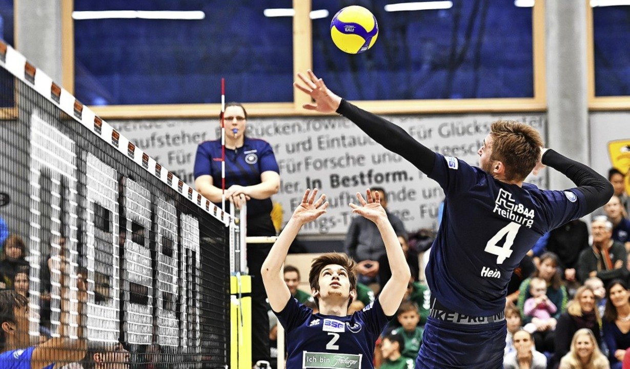 Mit dem Schnellangriff von Tom Kaufhol...n die FT-Volleyballer gegen Frankfurt.  | Foto: Achim Keller