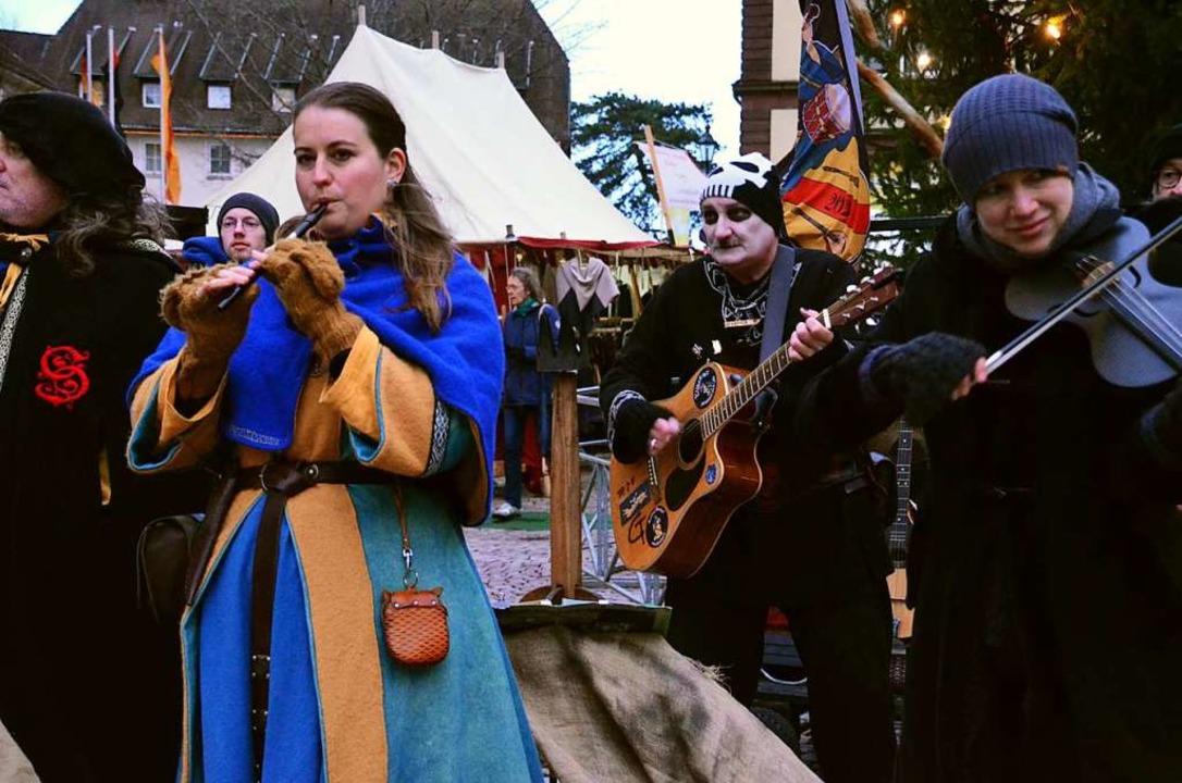 Zahlreiche Besucher feierten auf dem M...er Musikgruppe  Skadefryd unterhalten.    Foto: Gabriele Rasenberger