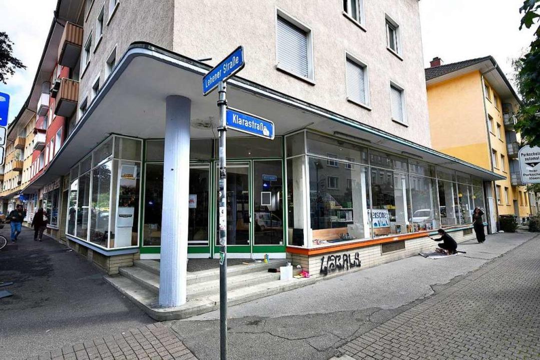 Nahe der Kreuzung der Lehener Straße u...stelliger Höhe an einem geparkten Pkw.  | Foto: Thomas Kunz