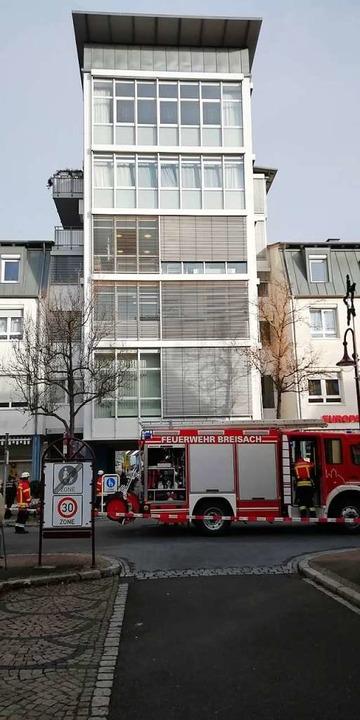 Die  Feuerwehr suchte in dem Gebäude i... Ursache für den verdächtigen  Geruch.  | Foto: Angela Gärttner