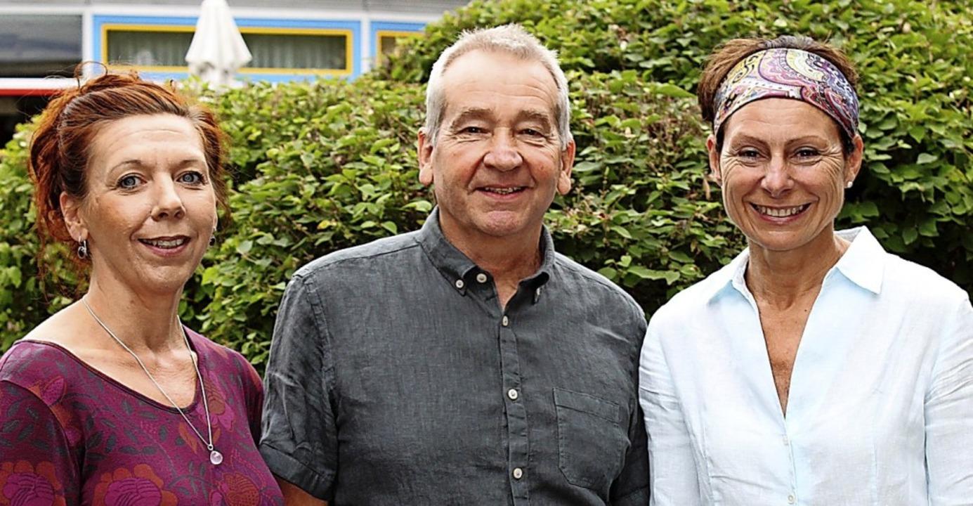 Sabine Weidert (links)  leitet den Hos...Werner Manke und Angela Stähle dabei.   | Foto: Caritasverband für den Landkreis Emmendingen e.V.