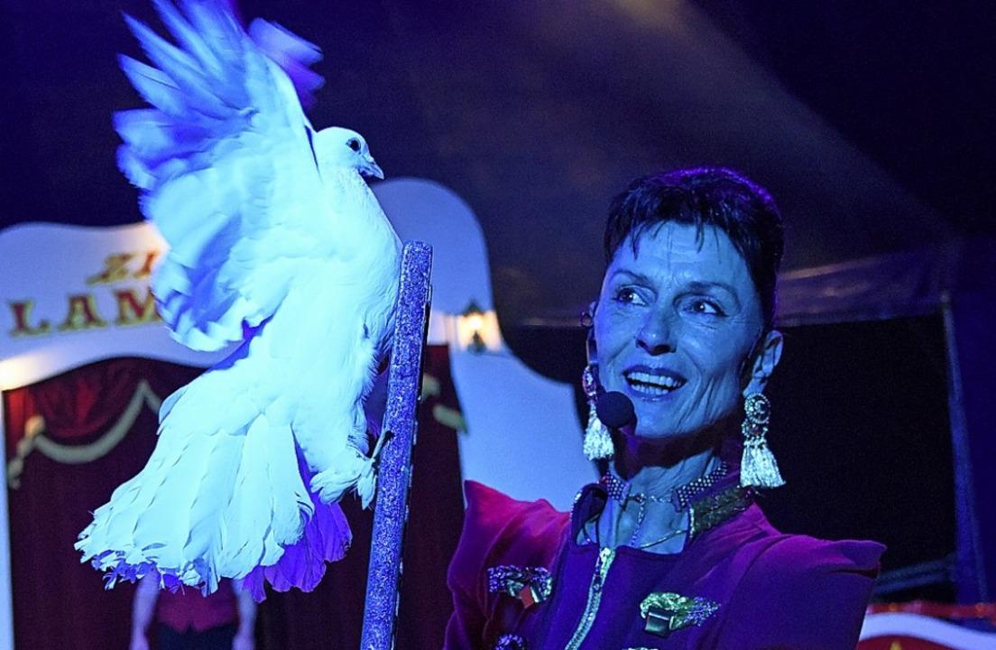 Seniorchefin Manuela Zinnecker mit ihrer Taubenshow.   | Foto: Markus Zimmermann