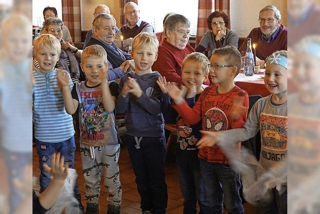 Kinder erfreuen Senioren