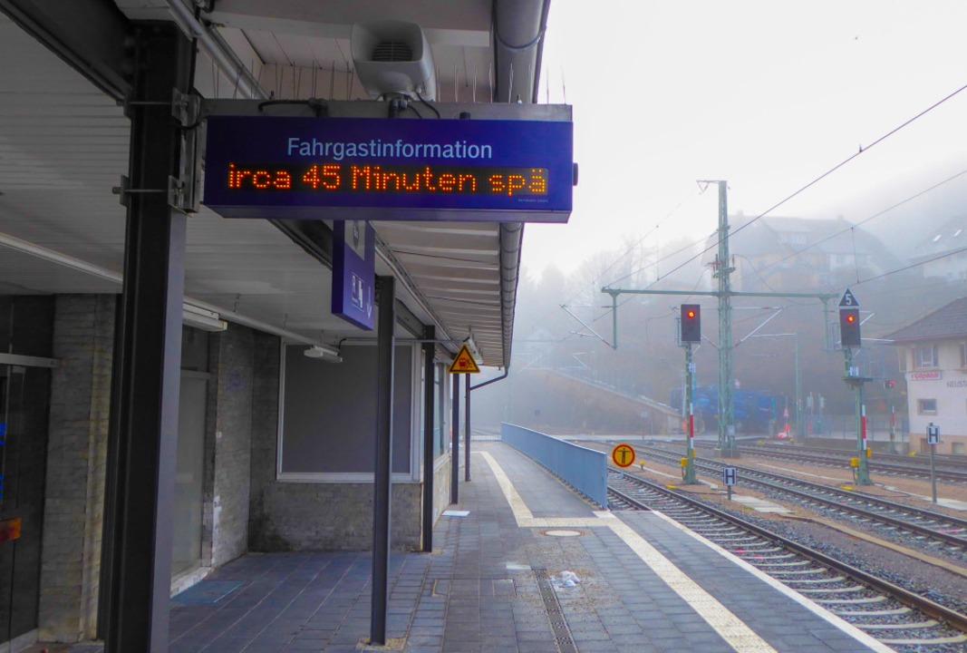 Kein Zug in Sicht: Szene am Bahnhof Neustadt, Gleis 1, am Montagvormittag.  | Foto: Peter Stellmach