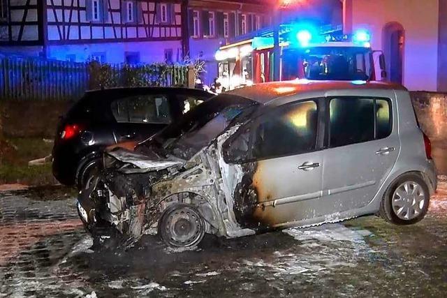 Feuer zerstört Auto in Mahlberg – Polizei schließt Brandstiftung nicht aus