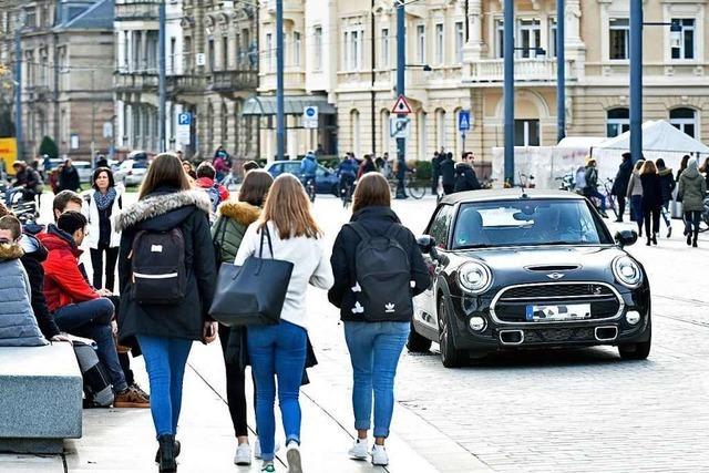 Noch immer fahren viele Autos durch Freiburgs Rotteckring-Fußgängerzone