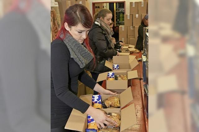 40 Helfer packen 900 Pakete für die Tafeln
