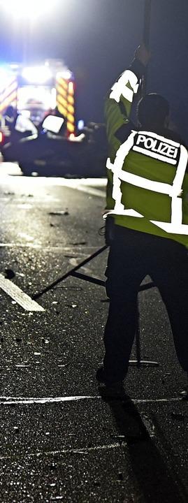 Die Polizei sichert die Unfallstelle.  | Foto: Martin Eckert