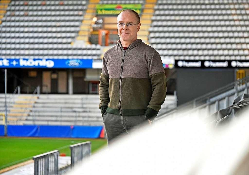 SC-Archivar Uwe Schellinger hat den Te...club-Lieds von Karl Ketterer entdeckt.  | Foto: Michael Bamberger