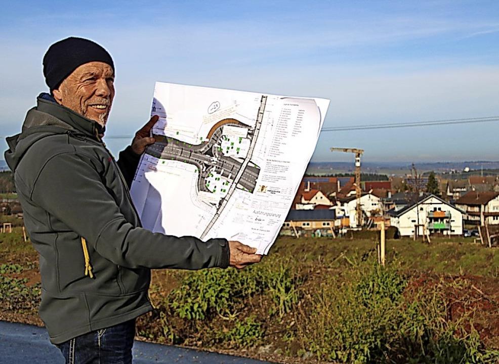 Manfred Mersch studiert den Grünplan.  | Foto: Niederberger, Holger