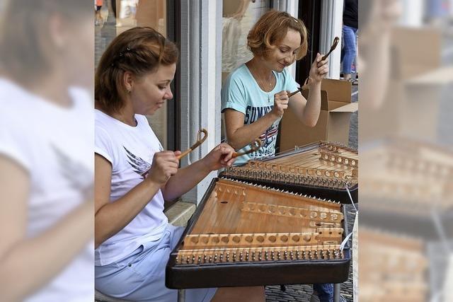 Weihnachtliche Klänge: zwei Musikerinnen aus Weißrussland auf dem Zymbal