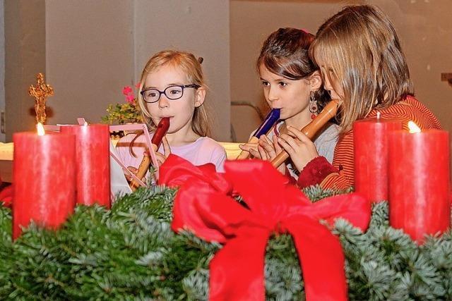 Jung und Alt feiern Advent