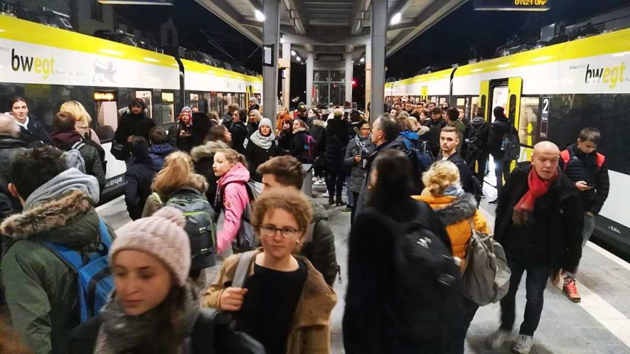 Voller Bahnsteig am Bahnhof Gottenheim am Dienstagmorgen um 7.21 Uhr  | Foto: Martin Wendel