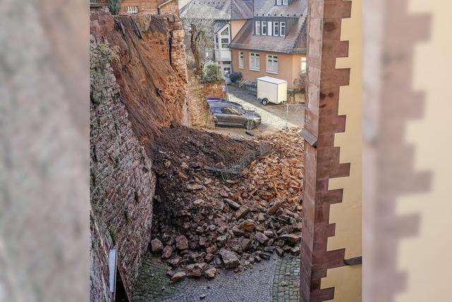Historische Mauer stürzt ein