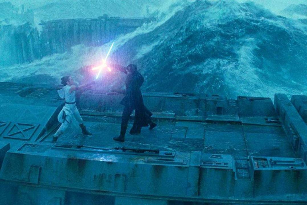 Liefern sich einen Schwertkampf auf ei...isy Ridley) und Kylo Ren (Adam Driver)  | Foto: - (dpa)