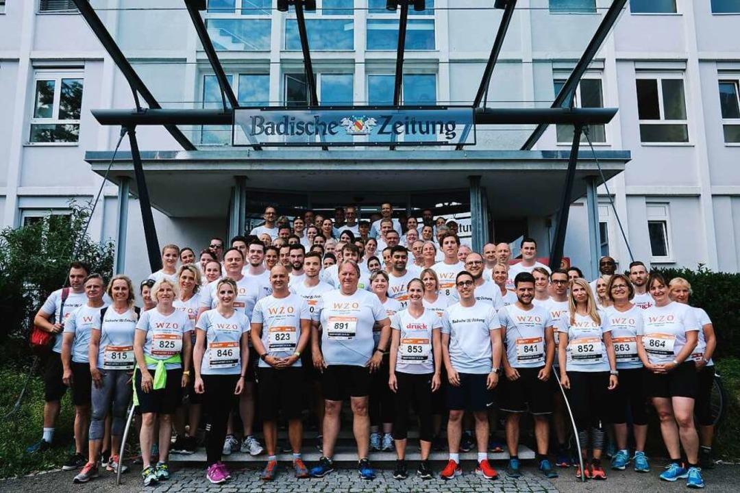 Vor dem gemeinsamen Start: Läuferinnen und Läufer der BZ.medien      Foto: Miroslav Dakov