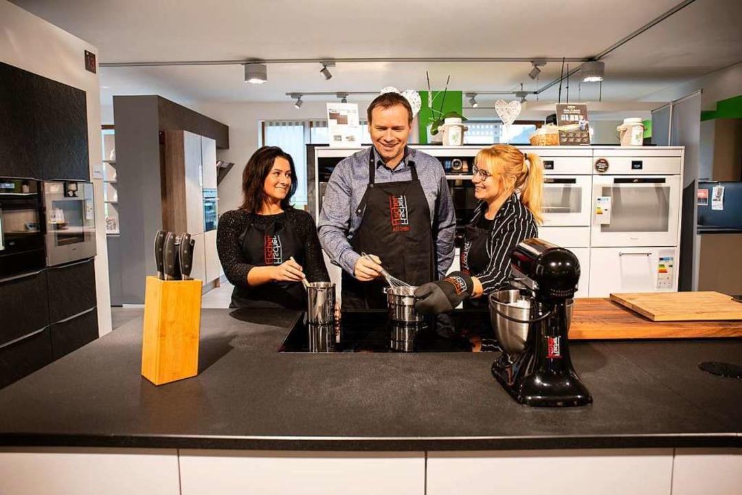 Aylin Schwenninger, Michael Filla und ...üchen geben Rezepttipps für Silvester.  | Foto: Fischer Küchen