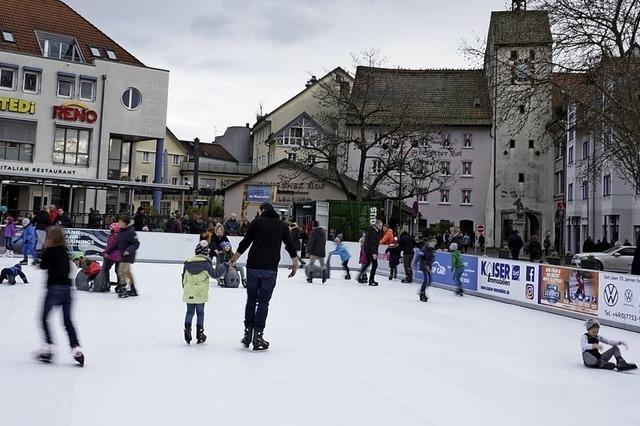Der Weihnachtsmarkt in Waldshut bietet erstmals eine Kunsteisbahn