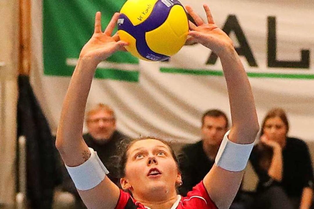 Irina Kemmsies beim Zuspiel weit weg vom Netz  | Foto: Werner Schläpfer