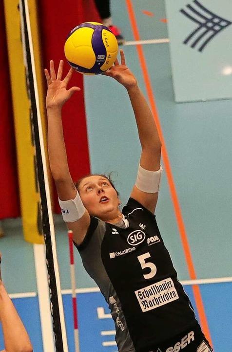 Irina Kemmsies beim Zuspiel nah am Netz  | Foto: Werner Schläpfer