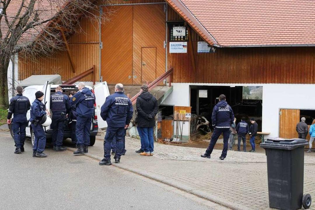 Etliche Polizisten begleiten das Veter...orge, dass es Widerstand geben könnte.  | Foto: Jannik Jürgens