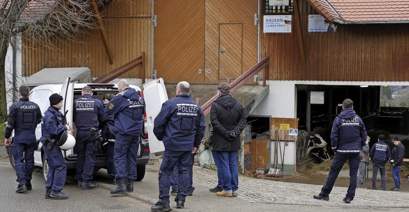 Etliche Polizisten begleiten das Veter...rge, dass es Widerstand geben könnte.   | Foto: Jannik Jürgens