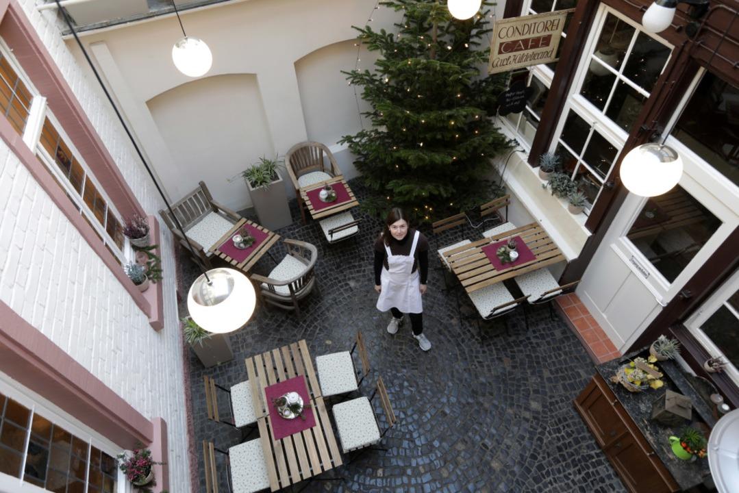 Michaela Dold steht im Innenhof des Ca...Sie sieht hier keine Perspektive mehr.  | Foto: Christoph Breithaupt