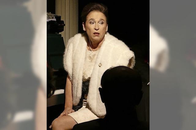 Anne Ehmke weckt Erinnerungen an Billie Holiday im Burghof in Lörrach