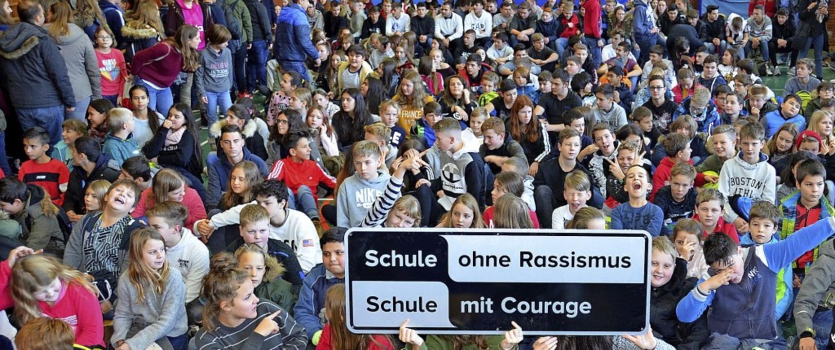 Schüler und Lehrer der Fürstabt-Gerber...assismus und Diskriminierung stellen.     Foto: Sebastian Barthmes