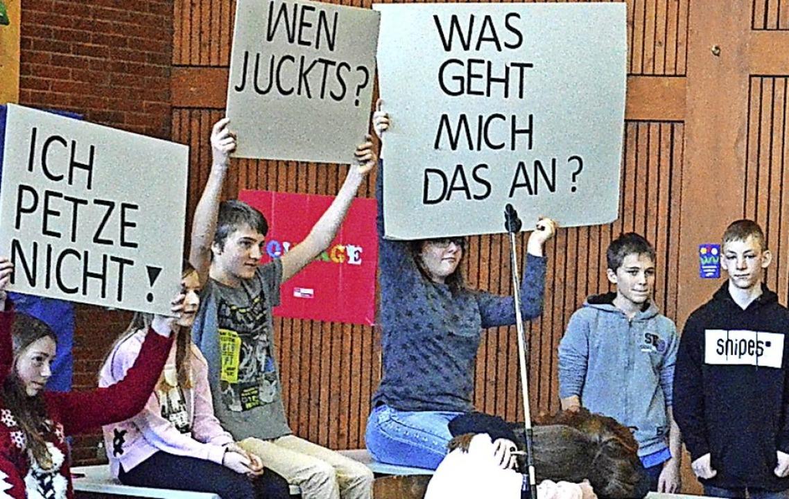 Alle geht es etwas an, wenn jemand gem...Das machte die Theatergruppe deutlich.  | Foto: Sebastian Barthmes