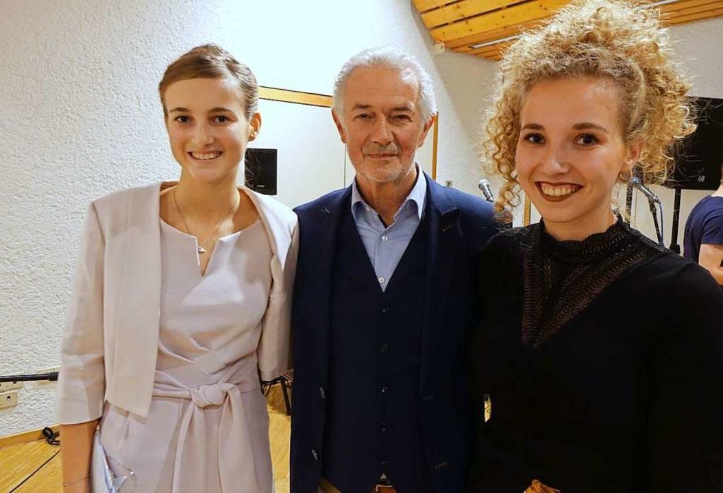 Friseurmeister Dieter Zimmermann mit s...kelinnen Zoe (links) und Noelle Schöne  | Foto: Roswitha Frey