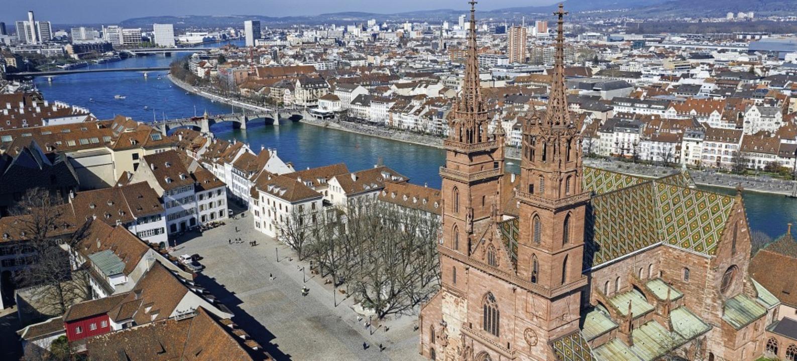 In exponierter Lage über dem Rhein: das 1000 Jahre alte Basler Münster  | Foto: Oliver Hochstrasser
