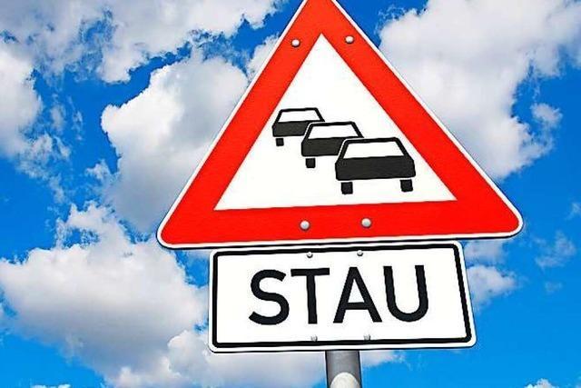 Unfall mit 6 Fahrzeugen führt zu Stau auf und neben der A5