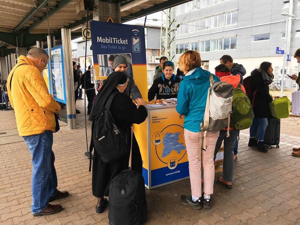 Ein Infostand der RVF versorgt die Rei...onen rund um die neue Breisgau-S-Bahn.  | Foto: Christoph Giese