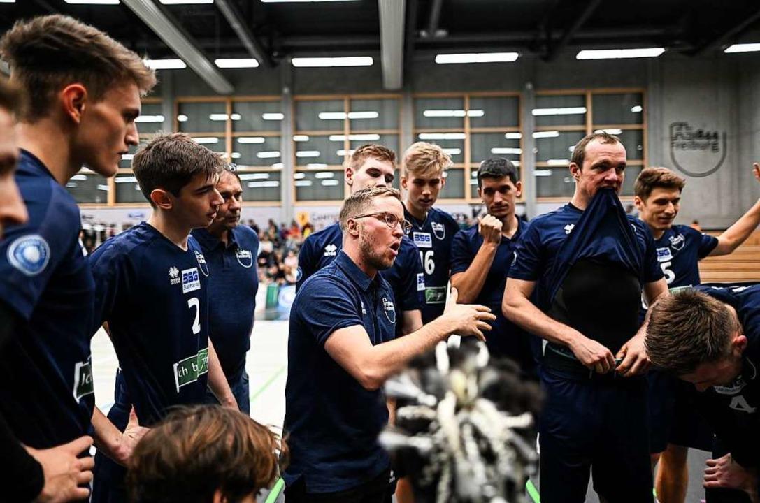 Trainer Jakob Schönhagen spricht in einer Auszeit zu seinem Team.    Foto: Patrick Seeger