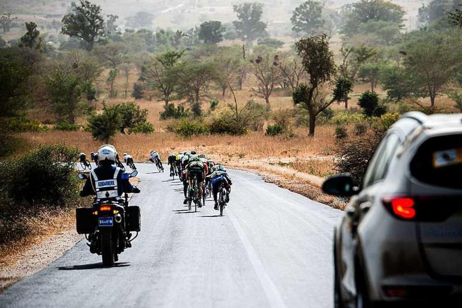 """Embrace the world (""""Umarme die Welt""""), ein Radrennteam für Amateursportler, mit Fahrern aus Freiburg, Lörrach oder aus dem Schwarzwald, bei der Tour du Senegal. Es war ein großes Abenteuer. (Foto: Nils Langner)"""
