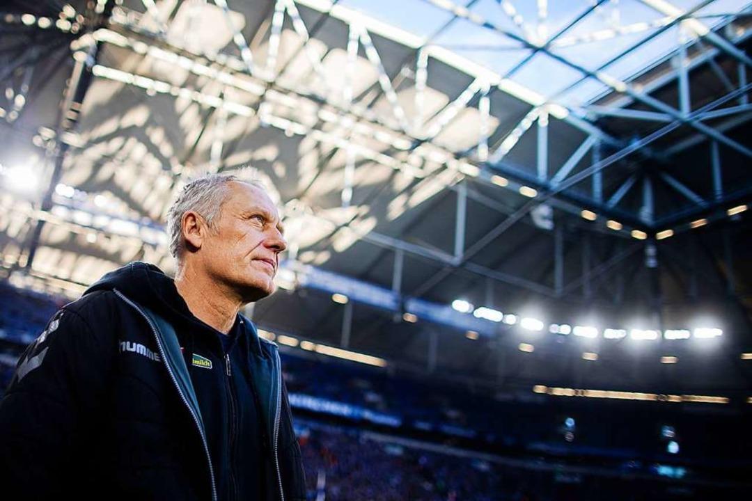 Als Christian Streich die Arena auf Sc... Punkt mitzunehmen. So kommt's.   | Foto: Rolf Vennenbernd (dpa)