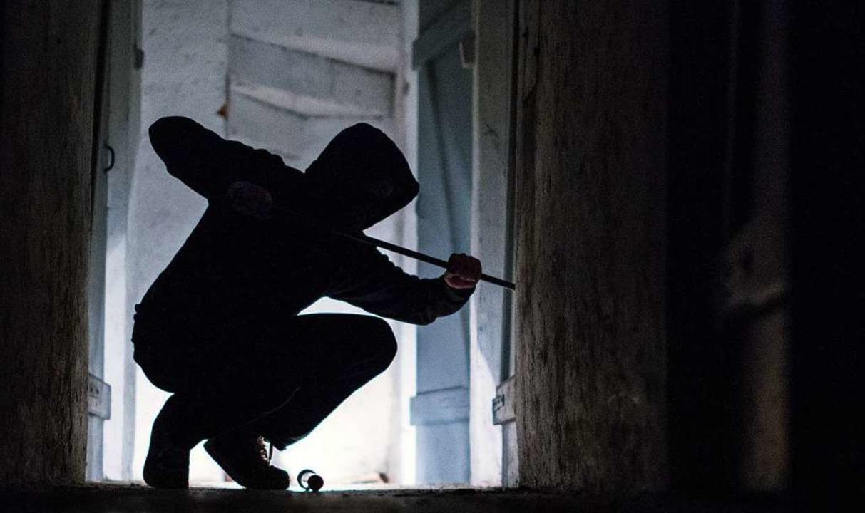 Aufhebeln wollten Einbrecher die Einga...ohnhäusern in Emmendingen (Symbolbild)  | Foto: Silas Stein (dpa)