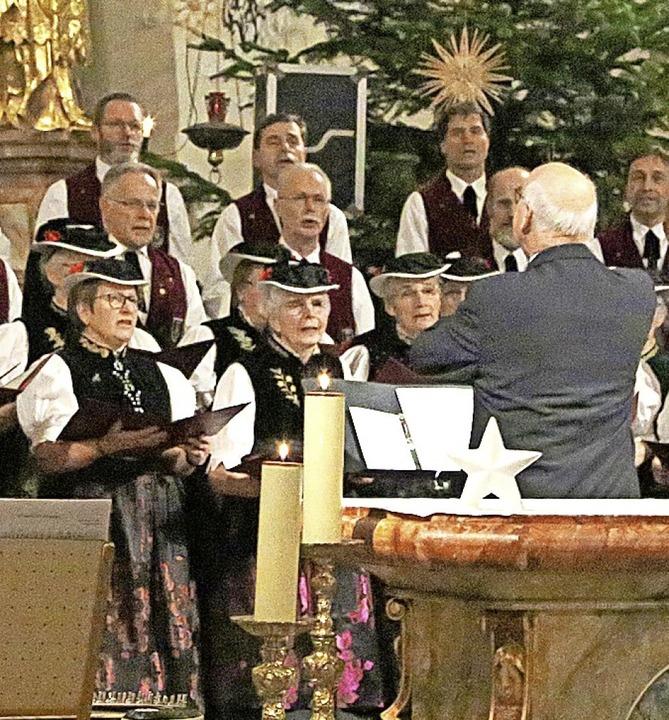 Zwei Chöre singen weihnachtliche Lieder.   | Foto: Heinrich Fehrenbach