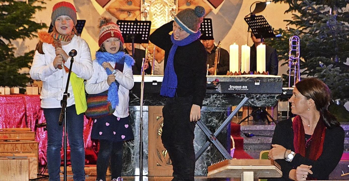 Von der  Vorfreude auf das Christkind singt das Kindertrio.   | Foto: Paul Berger