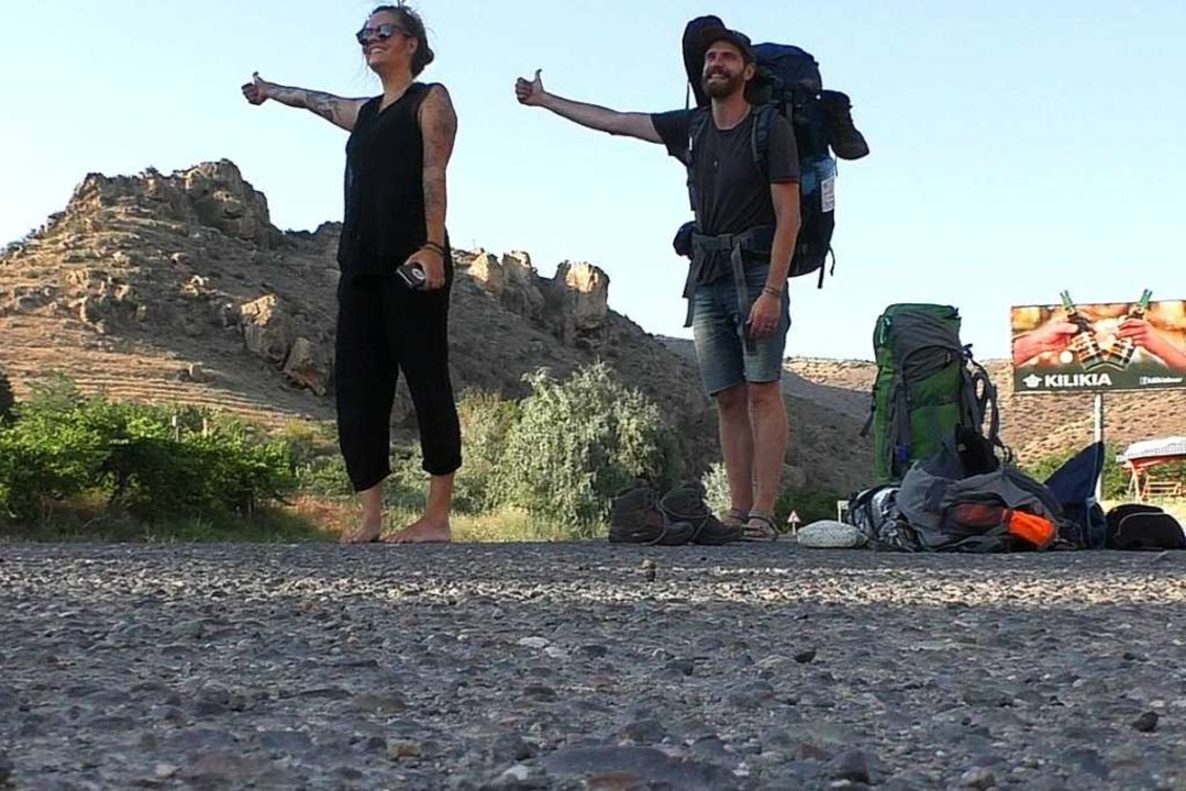 Sina Bohsung  und Niels Angne trampen ...hrungen haben sie bisher kaum gemacht.  | Foto: travel owls