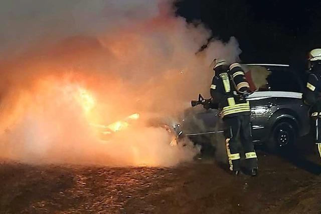 Feuerwehr löscht Fahrzeugbrand