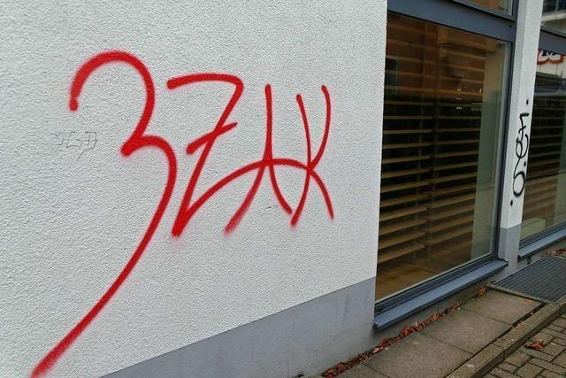 Rheinfelder Ladenfassaden in Rot und Schwarz besprüht