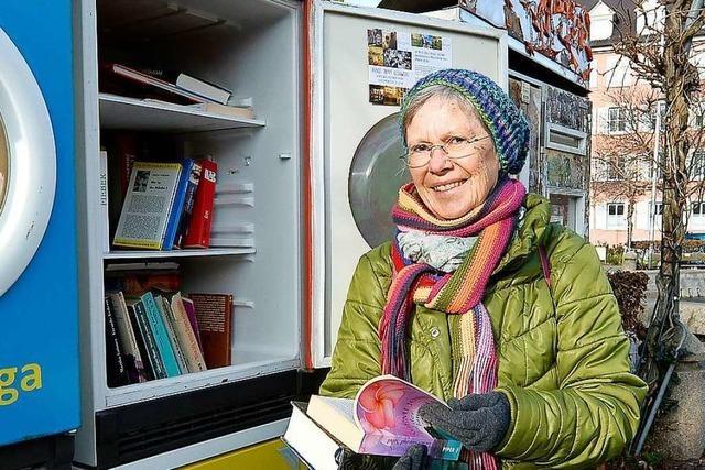 Eine Bücherpatin betreut öffentliche Bücherregale in Freiburg