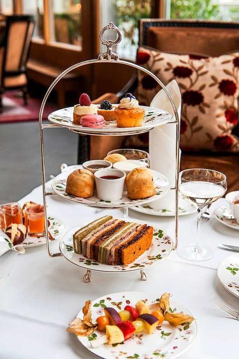 Platz nehmen und entspannen: Zwei Stun... nachgereicht wie ofenfrische Scones.     Foto: Grand Hotel Les Trois Rois