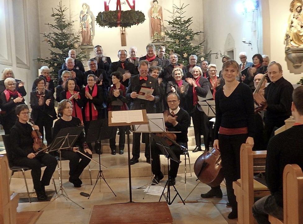 Salzburger Barock und Wintersongs aus .... Vorne rechts Dirigentin Antje Hepper  | Foto: Bianca Flier