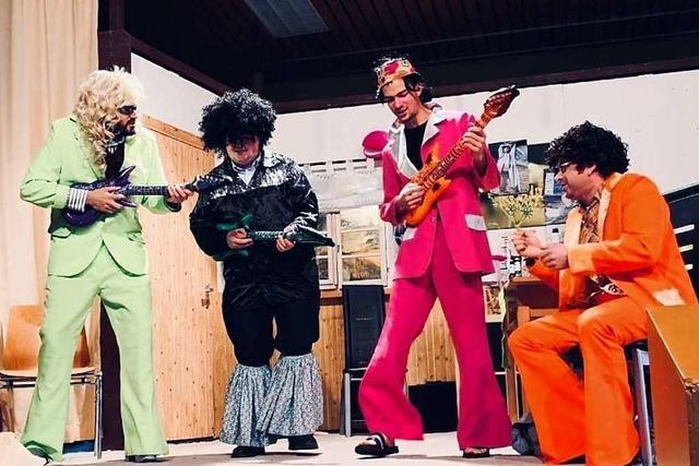 Die Laienspieler der Trachtenkapelle Fröhnd haben auf und hinter der Bühne Spaß