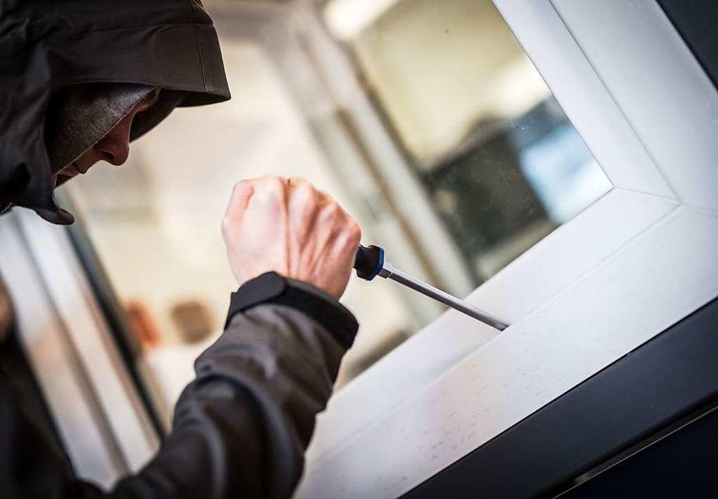 Die Unbekannten haben einen Notausgangstür aufgebrochen.    Foto: Frank Rumpenhorst (dpa)